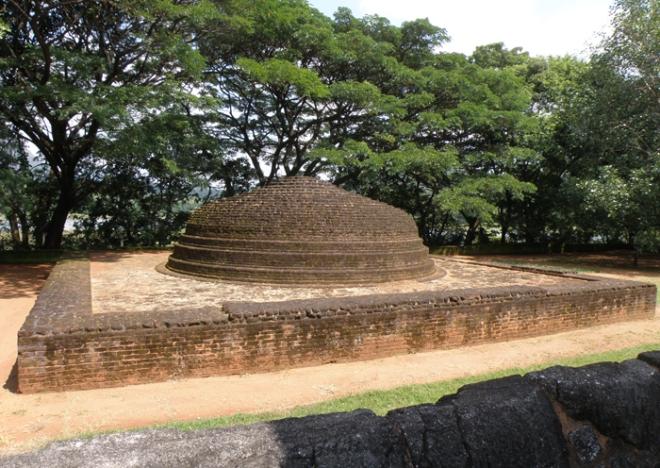 Rare stupa de briques crues à Nalanda Gedige